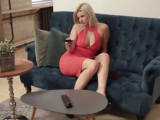 Blond hottie Jessica Best is masturbating her aged pussy on the couch
